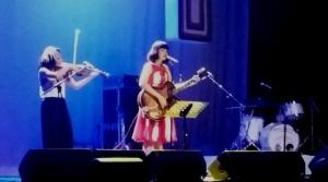 Mela dengan biola dan Sari yang merasa canggung dengan gitarnya